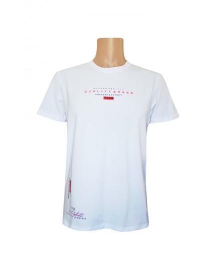 Белая футболка с мелкой надписью