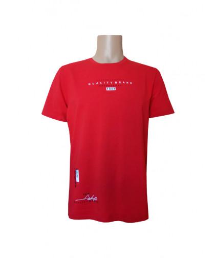 Красная футболка с мелкой надписью